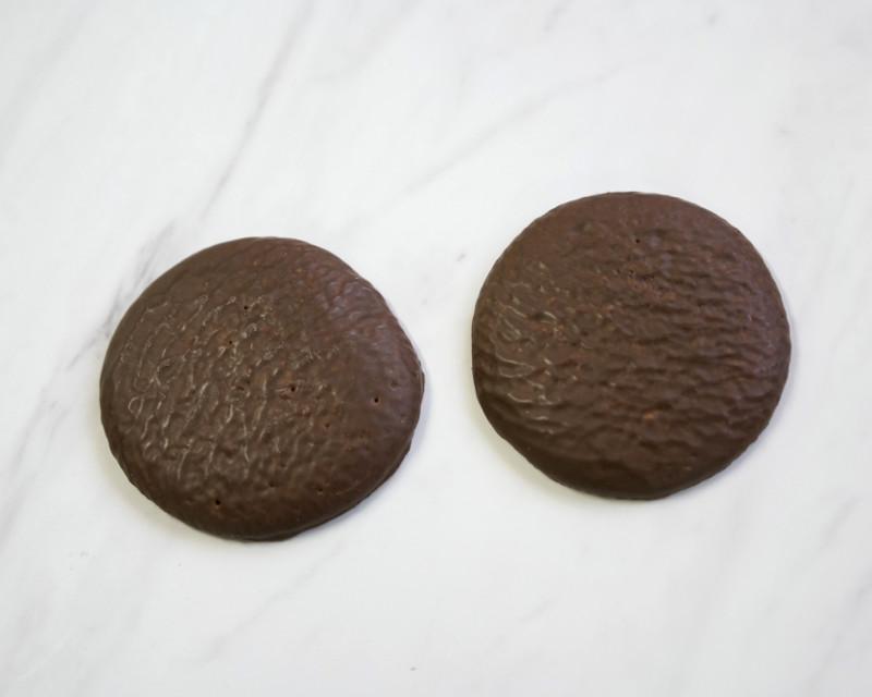 チョコケーキ働く男のカフェオレの見た目