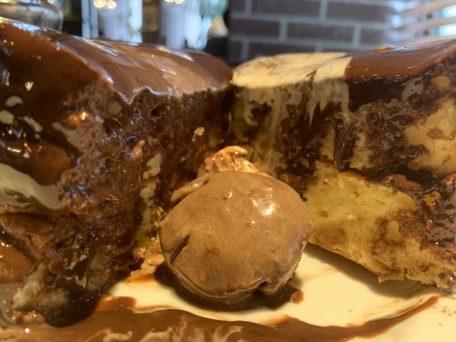 星乃珈琲店の生チョコレートスフレパンケーキの断面図